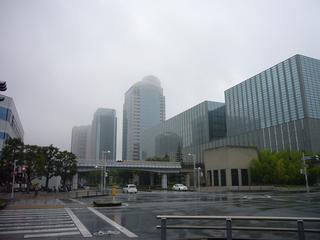 雨の高層ビル.jpg